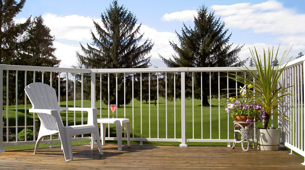 Standard-white-picket-railing-on-golfdeck